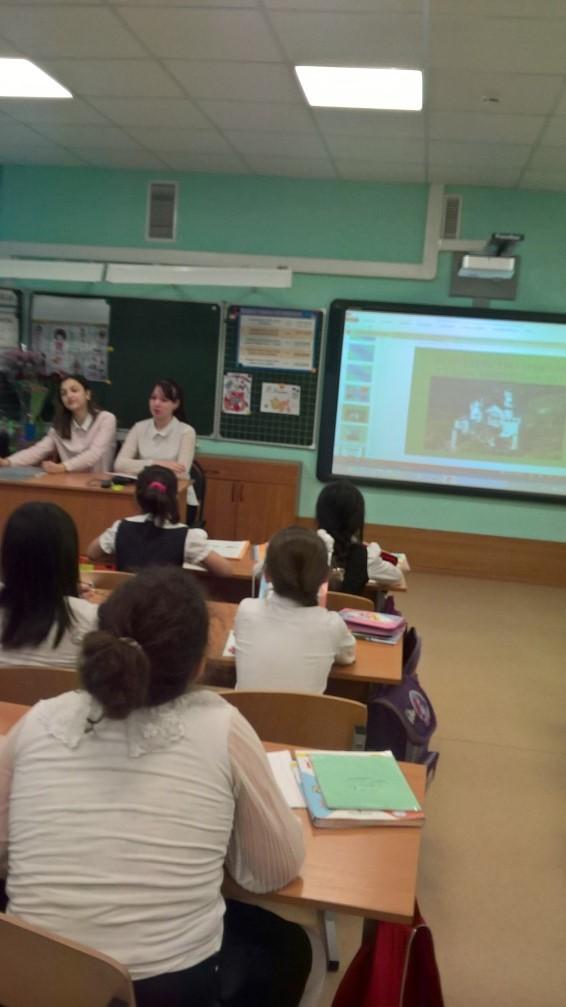 Учащиеся 10 класса Гумбатова Арзу и Зуйлова Ксения на уроках во 2 В классе