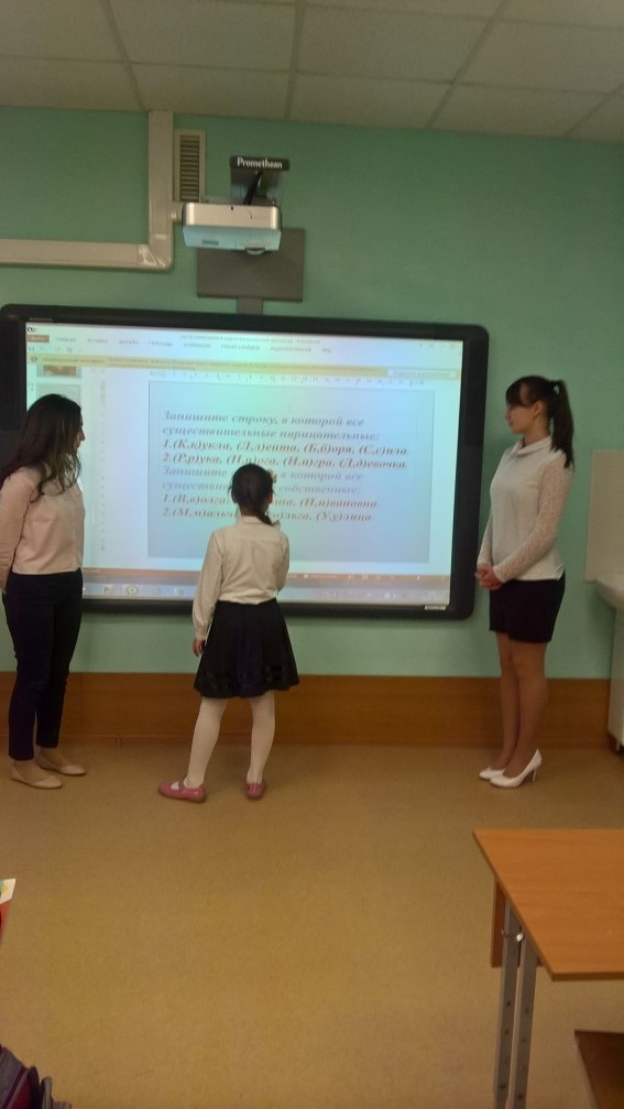 Учащиеся 10 класса Гумбатова Арзу и Зуйлова Ксения на уроках во 2 В классе.